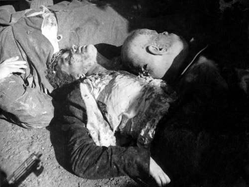 I corpi di Benito Mussolini e Clara Petacci giacciono martoriati in Piazzale Loreto