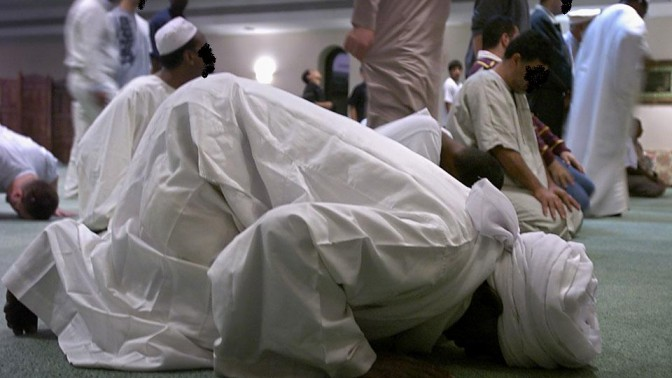 Musulmani-in-preghiera-ok-672x378