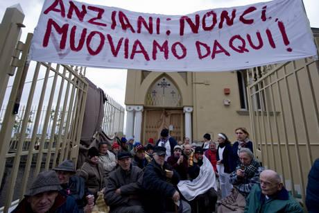 Anziani in protesta a Napoli, 'ci cacciano dall' ospizio'
