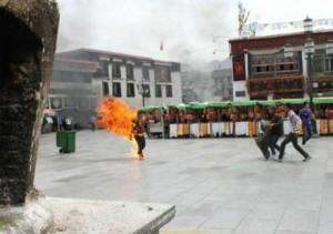 TIBET: POLIZIA CON ESTINTORI PER PREVENIRE IMMOLAZIONI
