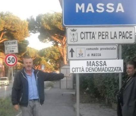Immigrazione:'Denomadizziamo' Massa,polemica per cartelli Fi