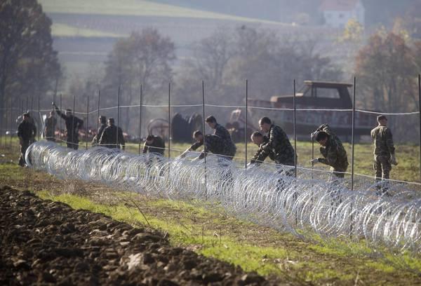 Migranti: Slovenia; filo spinato a confine con Croazia