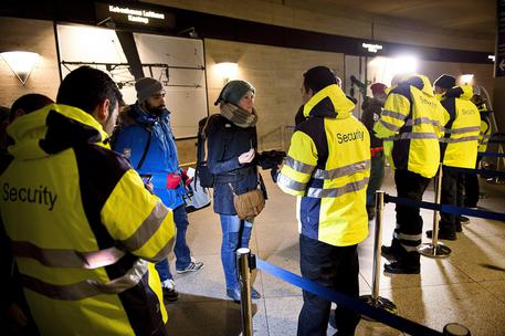 Swedish ID checks in place from Denmark to curb refugee flow