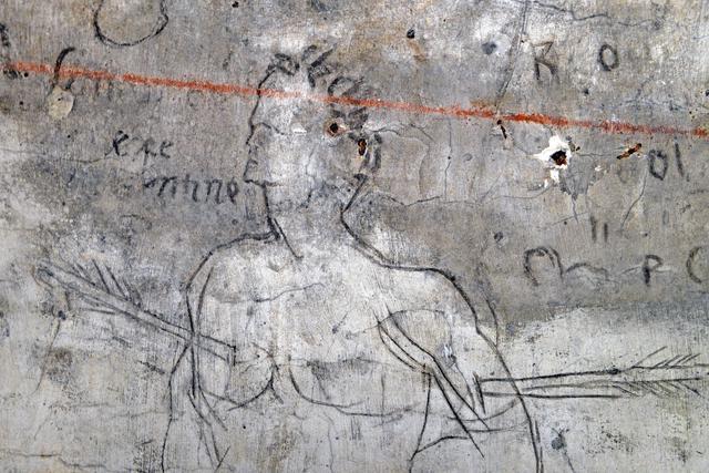 Nella foto: dettaglio di San Sebastiano: il Perucolo si era servito di un chiodo o punzone per incidere le figure su uno strato di calce fresca, per poi ripassare sui segni un pennellino imbevuto di acqua mista a polvere di carbone. ANSA/ANDREA MEROLA