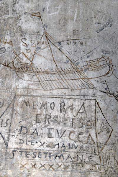 Nella foto: riproduzioni di galee e testimonianze scritte incise sulle pareti di altre celle dei Pozzi. ANSA/ANDREA MEROLA