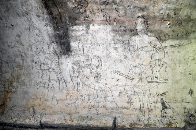 Nella foto: la Vergine con in braccio il Bambinello e a lato San Sebastiano: il Perucolo si era servito di un chiodo o punzone per incidere le figure su uno strato di calce fresca, per poi ripassare sui segni un pennellino imbevuto di acqua mista a polvere di carbone. ANSA/ANDREA MEROLA