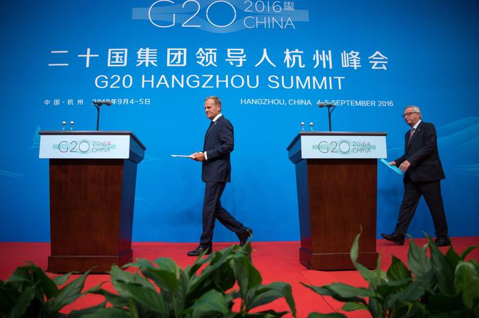 epa05523158 EU Council President Donald Tusk (L) and EU Commission President Jean-Claude Juncker (R) arrive for a press conference within the framework of the G20 Summit in Hangzhou, China, 04 September 2016. The G20 Summit is held in Hangzhou on 04 to 05 September. EPA/BERND VON JUTRCZENKA