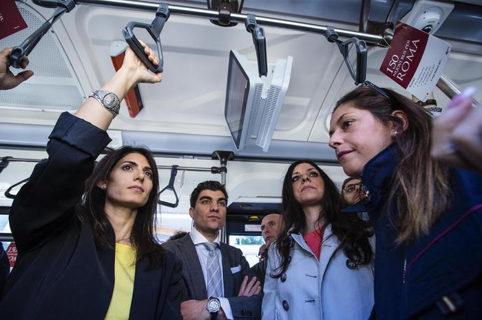 La sindaca di Roma Virginia Raggi (S) con l'assessore ai Trasporti Linda Meleo durante la presentazione dei nuovi autobus Atac al capolinea di Torre Maura, Roma, 09 novembre 2016. ANSA/ANGELO CARCONI