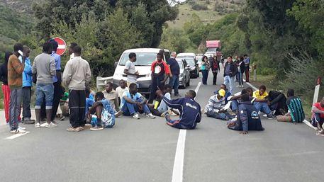 Protesta migranti blocca statale a Nuxis