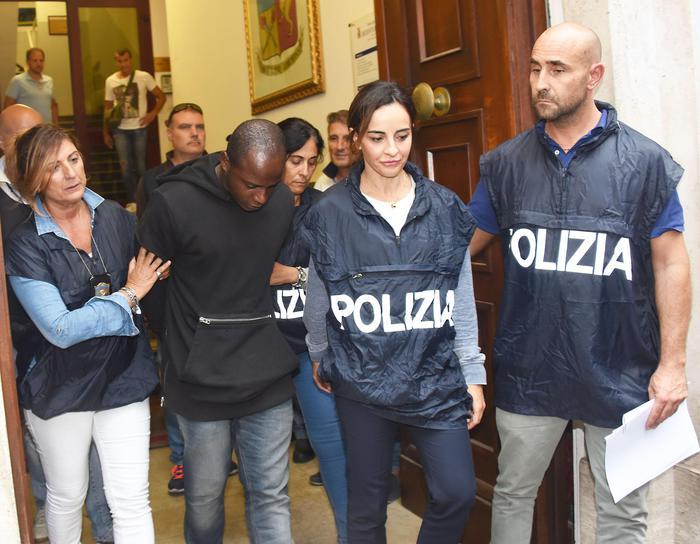 Guerlin Butungu , 20 anni, congolese, rifugiato residente a Vallefoglia, nel Pesarese, viene portato in carcere dalla Questura a Rimini, 3 settembre 2017. ANSA/MANUEL MIGLIORINI