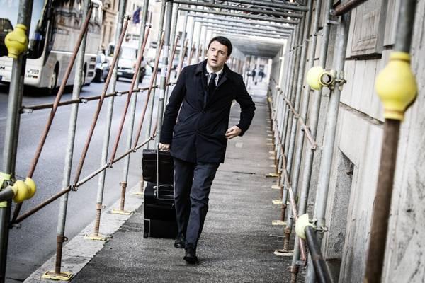 Il neo segretario del Pd, Matteo Renzi, raggiunge a piedi la Stazione Termini per andare a prendere il treno che lo porterà a Firenze al termine della prima riunione di presidenza del Partito Democratico,  Roma, 11 dicembre 2013. ANSA/ANGELO CARCONI