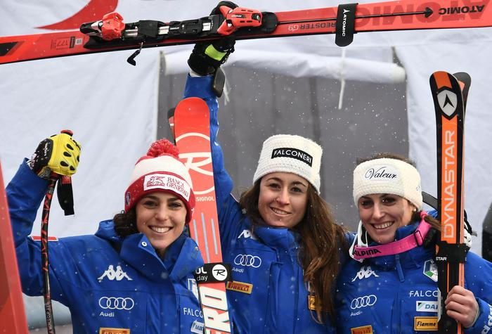 epa06437598 Federica Brignone, Sofia Goggia and Nadia Fanchini of Italy (L-R) of Italy pose during the Women's Downhill race of the FIS Alpine Ski World Cup in Bad Kleinkirchheim, Austria, 14 January 2018. EPA/CHRISTIAN BRUNA