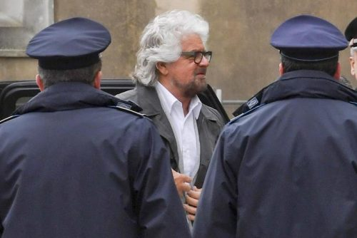 Beppe Grillo arriva al tribunale di Aversa dove era atteso come testimone per una causa intentata da Angelo Ferrillo per diffamazione contro Casaleggio, 26 marzo 2018. ANSA / CIRO FUSCO
