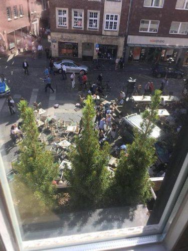 E' di almeno 3 morti e trenta feriti il primo bilancio di quanto avvenuto nel centro di Muenster, in Germania, quando un furgone è piombato sulla folla nel centro della città, 07 aprile 2018.  TWITTER PAUL FEGMANN +++ ATTENZIONE LA FOTO NON PUO' ESSERE PUBBLICATA O RIPRODOTTA SENZA L'AUTORIZZAZIONE DELLA FONTE DI ORIGINE CUI SI RINVIA +++ ++ HO - NO SALES, EDITORIAL USE ONLY++
