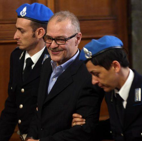 Renato Vallanzasca in tribunale a Milano al termine dell'udienza del processo in cui è accusato di rapina impropria per aver rubato in un supermercato, Milano, 10 ottobre 2014. ANSA / MATTEO BAZZI