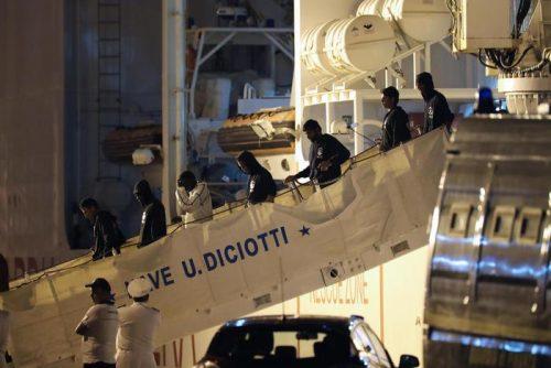 Lo sbarco dalla nave Diciotti con 67 migranti a bordo arriva al porto di Trapani, 13 Lugliuo 2018 Trapani. ANSA / IGOR PETYX