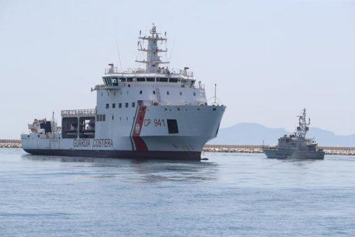 La nave Diciotti con a bordo 67 migranti fa il suo ingresso al porto di Trapani, 12 luglio 2018 Trapani. ANSA / IGOR PETYX