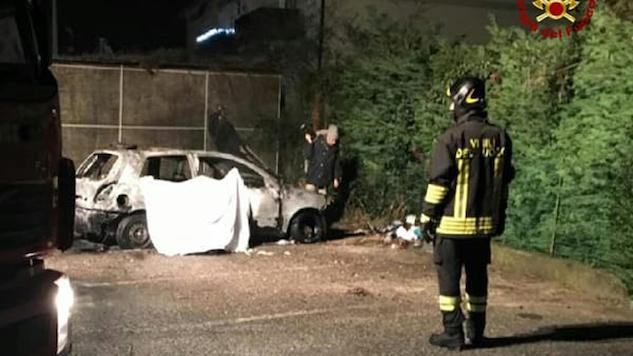 L'auto in cui la sera del 19 dicembre 2017 un clochard di 64 anni, Ahamed Fdil, Ë morto carbonizzato a Santa Maria di Zebio (Verona). Due minorenni di 13 e 17 anni sono accusati dell'omicidio del senzatetto. 12 gennaio 2018. ANSA/ US VIGILI DEL FUOCO +++ NO SALES - EDITORIAL USE ONLY +++
